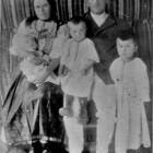Soţii Teodor şi Ecaterina Şuşman împreună cu trei dintre copii lor - Toader, Traian şi Avisalon